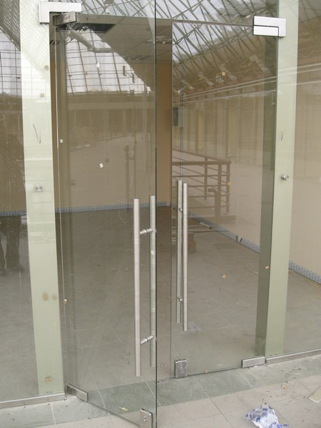 установка входной двери из стекла